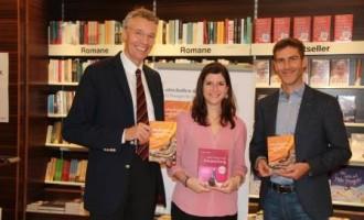 Dr. Norman Schmid mit Dr. Rüdiger Salat (Vorstand Facultas) und Mag. Jasmin Parapatits (Lektorat Facultas & Maudrich)